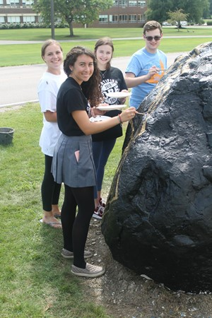 Seniors painting the Senior rock
